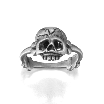 Memento Mori ring in silver.